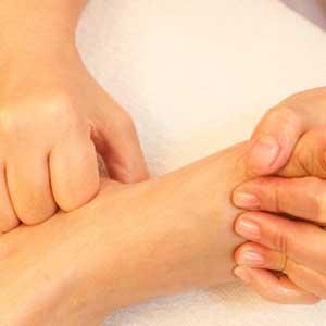 Die Entstellung der Nägel auf den Daumen der Beine